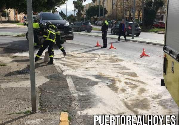 El coche accidentado siendo retirado por la grua.