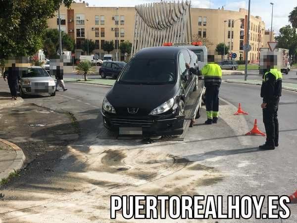 El coche accidentado es remolcado por la grúa.