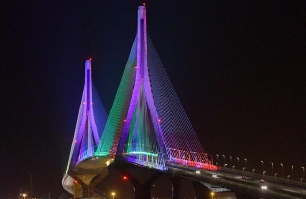 Puente de la Constitución de 1812 iluminado. (Foto: Cata Zambrano).