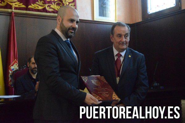 Luis Rivero, con las tapas y folios del Pregón de Semana Santa.