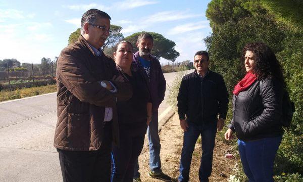 Fernando Boy y miembros de AxSí en la carretera de El Portal.