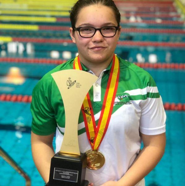 Aitana Estrada, con su trofeo de Campeona de España.