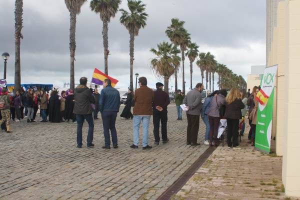 Manifestación feminista frente al stand de Vox Puerto Real.