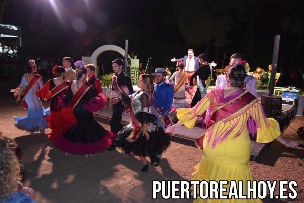 Las damas y caballeros de la Feria, bailando por sevillanas.