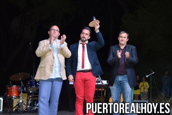 """""""Pitu"""" con el Concejal de Fiestas, José Antonio Montilla, y el Presidente de la Peña 5x5, Eugenio García."""