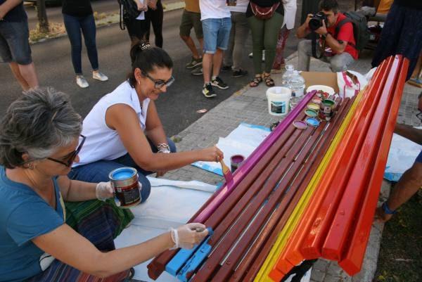 La Concejala de Feminismos-LGTBI, Lourdes Bernal, pintando uno de los bancos.