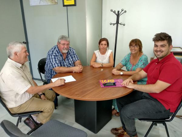 Alfredo Fernández con los miembros de Autismo Cádiz.