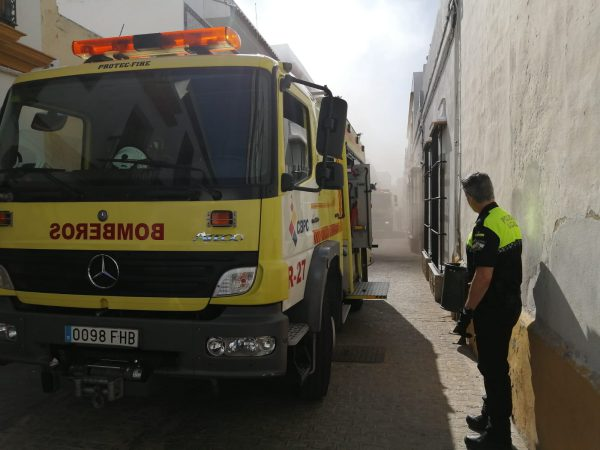Dos coches de bomberos se dieron cita en el incendio.