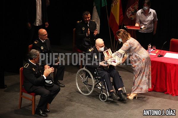 Francisco Carlos Moreno recibe de manos de la Alcaldesa la Medalla de la Villa.