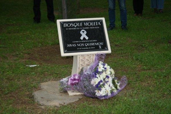 Placa del Bosque Violeta y ramo conmemorativo del 25-N