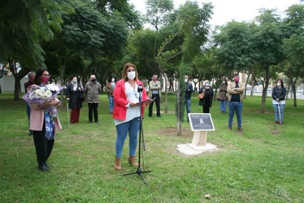 Elena Amaya lee el manifiesto por el 25-N junto a otros miembros de la Corporación.