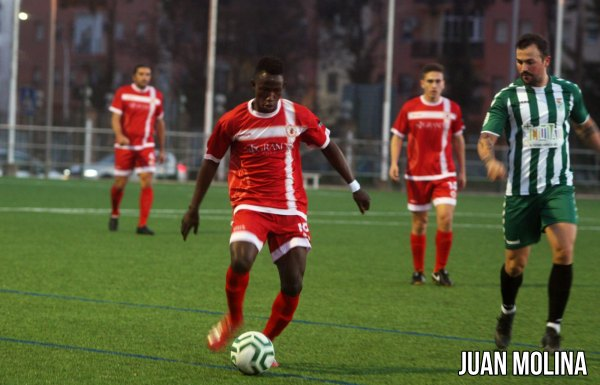 Touré conduce el balón junto a Álex Expósito. Foto: Juan Molina.