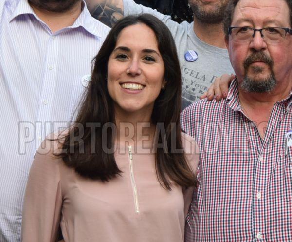 Marina Cruz, junto a Ángel Caballero, miembros de Izquierda Unida.