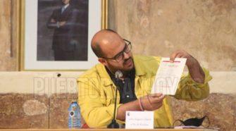 Carlos Salguero, sosteniendo un documento de la EDUSI